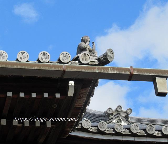 西教寺本堂の屋根の猿