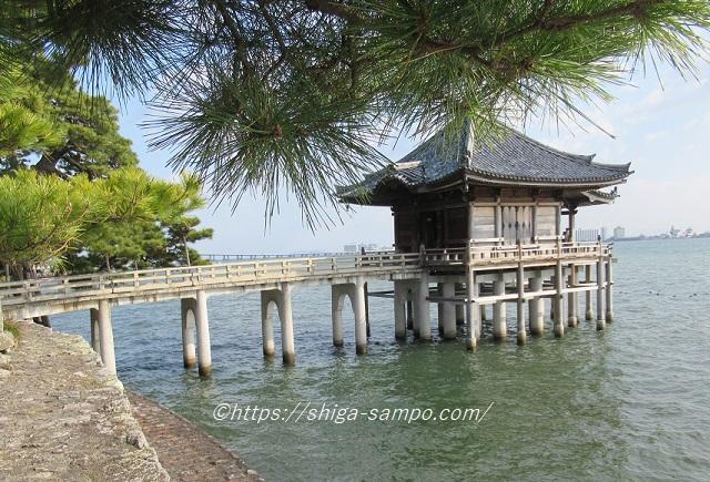 琵琶湖に浮かぶ浮御堂